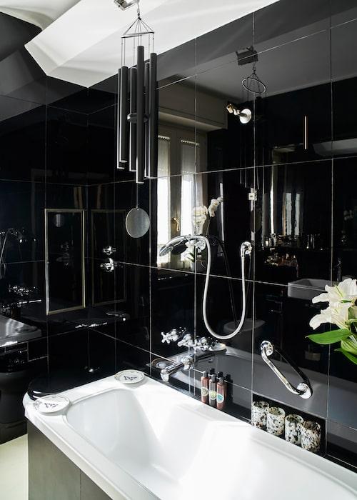 """Ada har valt att behålla badrummet som det såg ut när paret köpte lägen-heten. """"Det har enorma klinkerplattor i glänsande svart. Mycket chict, jag älskar det."""""""