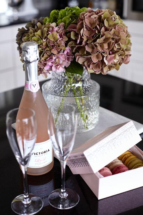 Jag älskar bubbel och dricker min egen proscecco av märket La dolce vita varje helg. It makes me happy! Champagneglas från Kosta Boda, vas från Artilleriet.