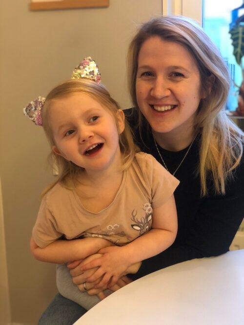 Amanda och dottern Ebba, som är född på skottdagen.