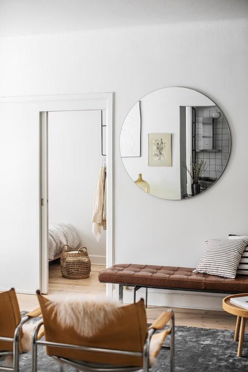 Inslag av trä, korg och läder gör stor skillnad när man inreder i en neutral färgpalett. Spegeln skapar djup och illusionen av rymd.