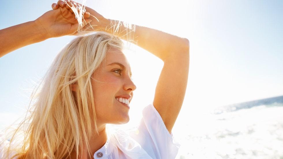 Sommar och blonda slingor hör ihop. Här får du tips på bra och vårdande produkter för just blont hår.