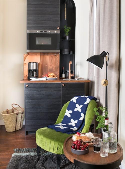Kopparfärgen går igen på flera ställen i den lilla studion, som här i kökshörnan.