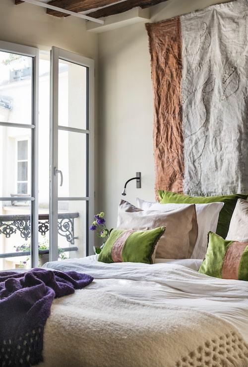 Fransk balkong mot den lugna innergården, mitt i Paris.