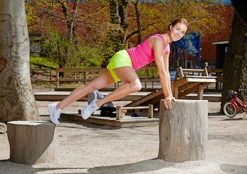 Sug in naveln mot ryggraden för att aktivera stödet i magen.