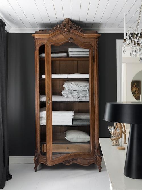 Maries favoritmöbel, det vackra skåpet i ateljén, är inropat på auktion och det var med nöd och näppe det fick plats i rummet.