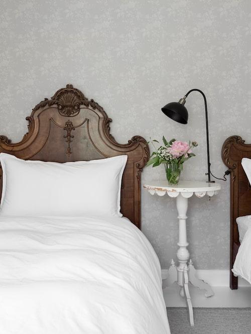 I det andra gästrummet står två vackert snidade parsängar som är inropade på auktion.