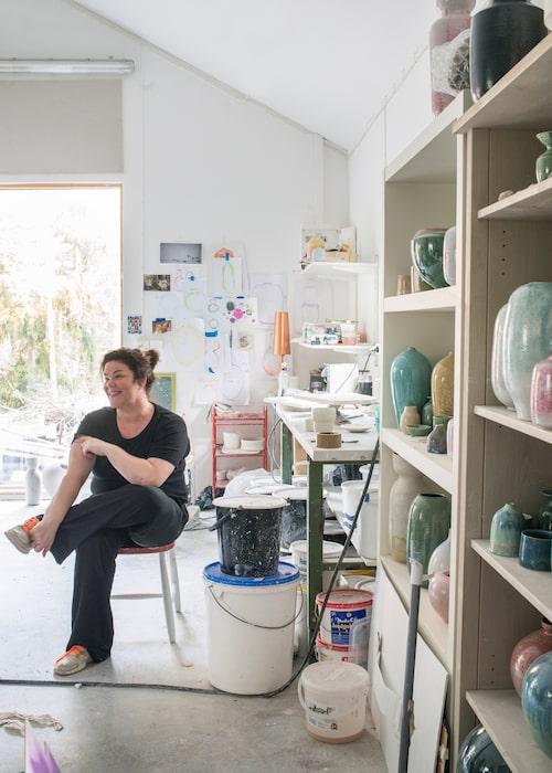 Melanie Bakers keramikverkstad blev färdig till hennes 40-årsdag.