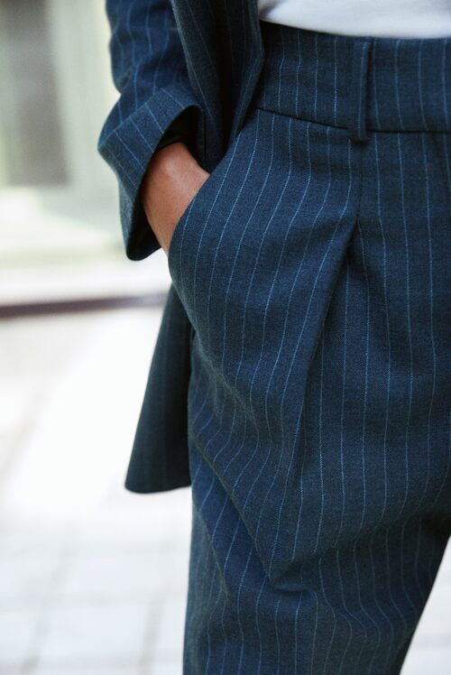 Ett par riktigt snygga kostymbyxor i ullblandning blir dina favoriter i höst. Lika snygga till kängor som till lågskor.
