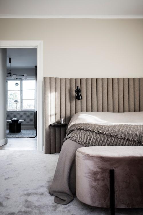 """""""I sovrummet har vi valt att knappt ha några möbler alls. Sängen, en stol och en pall, det är allt. I det här rummet ska det bara vara avkopplande."""" Sänggavel och pall vid fotänden, av Nina Kullberg, överkast från H&M Home, sänglampor formgivna av Arne Jacobsen."""