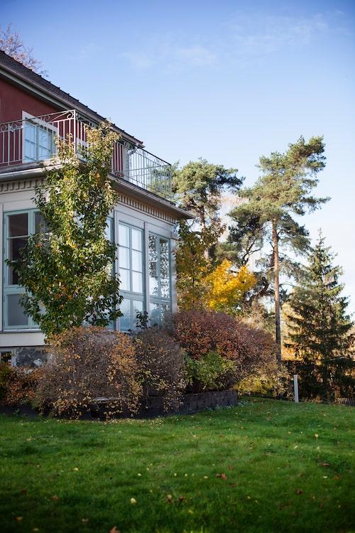 Från den övre våningen kan man blicka ut över villataken och se glittret från Mälarens vatten.