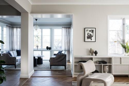 """""""Punschverandan använder vi jättemycket, det är så härligt att sitta i ljuset där."""" Sofforna är ritade av inredningsarkitekt Jonathan Söderblom, linnekuddarna och mattan är från Nina Kullberg. De runda borden från 101 Copenhagen."""
