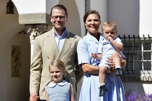 Prins Daniel, prinsessan Estelle, kronprinsessan Victoria och prins Oscar på Solliden, Öland, under Victorias 40 års-firande.