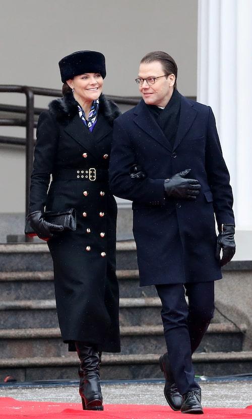 Ursnyggt par i svarta vinterlooks.