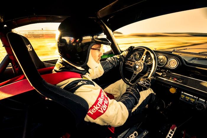 Det är inte varje dag man får förtroendet att väcka gamla racinglegender till liv, så det gäller att ha tungan rätt i mun.