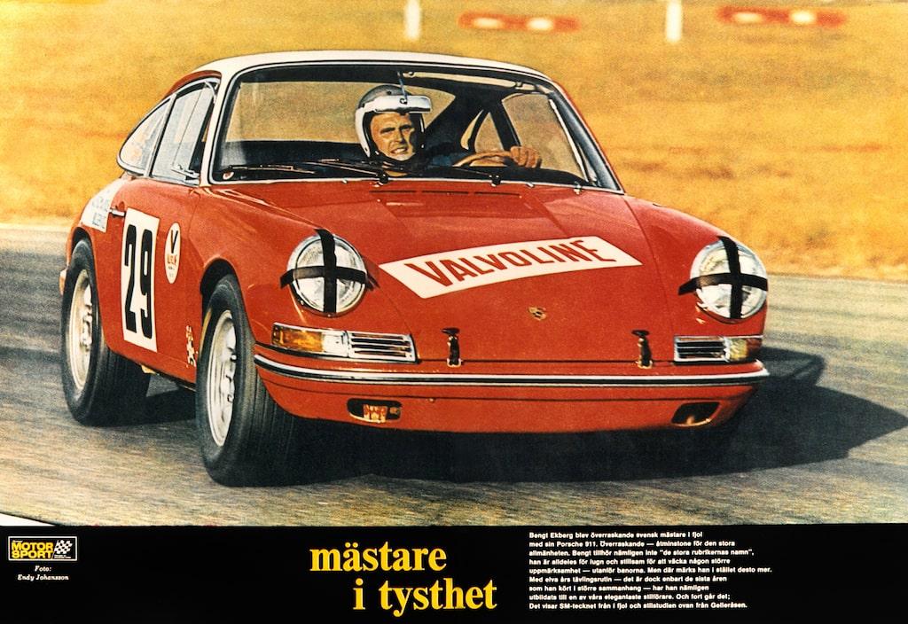 Bengt Ekberg i full karriär på Gelleråsen 1970, på väg mot ännu ett SM-guld med vår Porsche. Uppslaget var publicerat i Illustrerad Motorsport 1970.