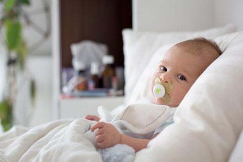 Höj upp huvudet när bebis ska sova, det hjälper både vid hosta och täppt näsa.