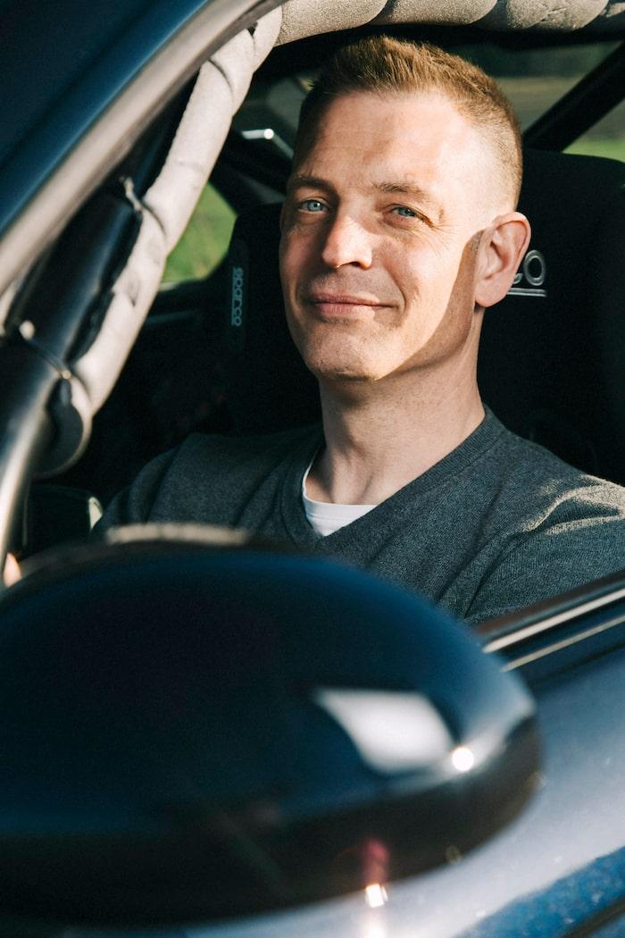 Niklas Isaksson kör gärna sin M3 på bana, men verkar tycka att det är lika kul att skruva på den i sitt garage.