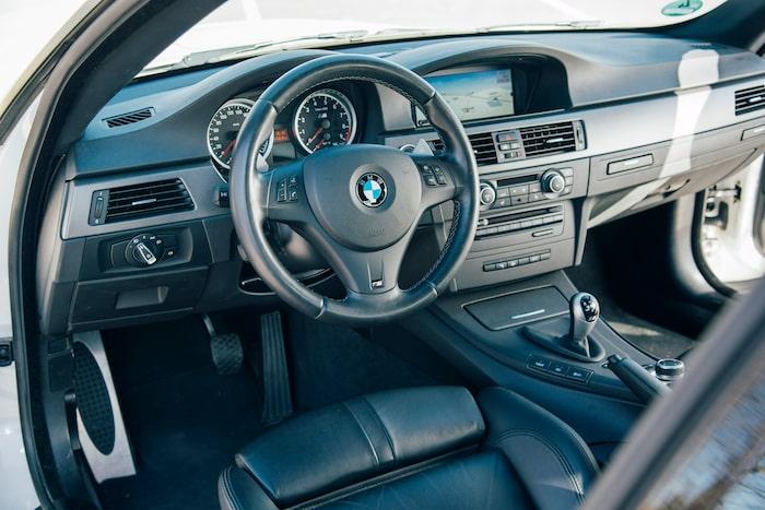 Enligt tradition är M-attributen få. Notera knapparna till vänster om växelväljaren som kan förändra bilens karaktär.