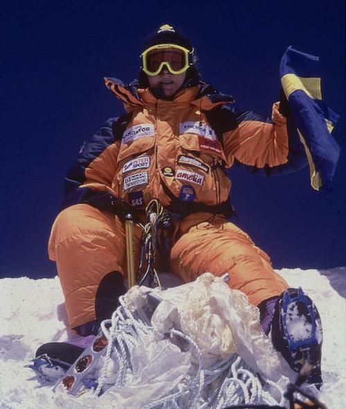 Renata på toppen av Mount Everest med svenska flaggan.