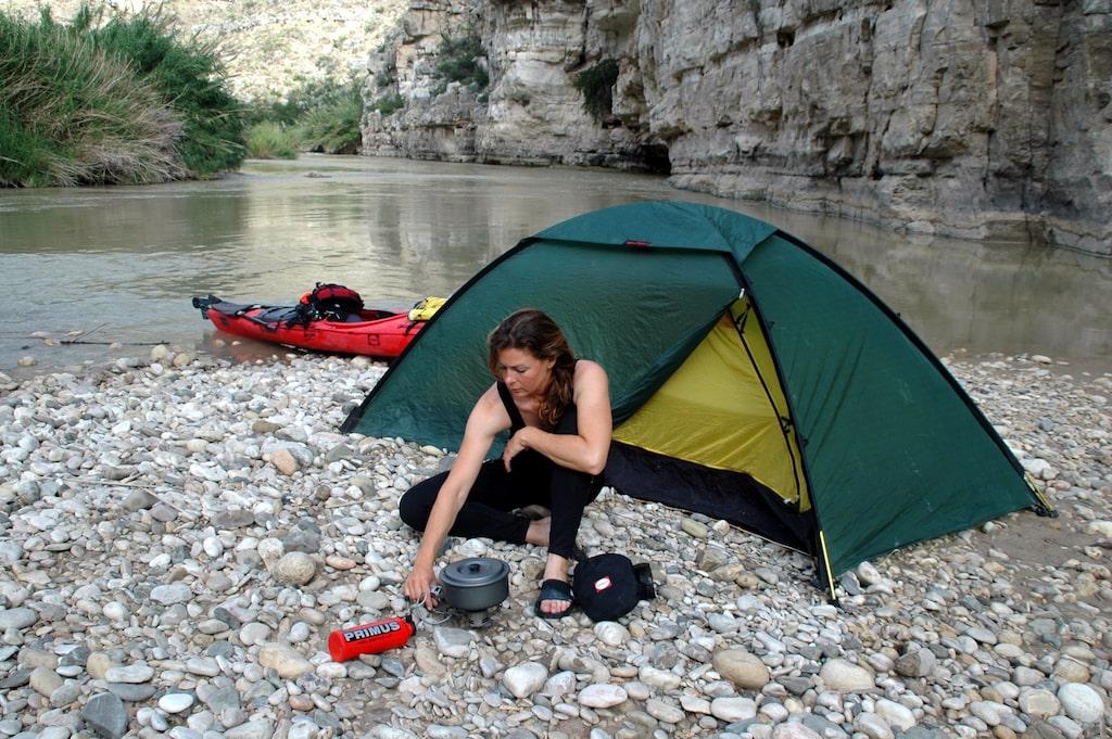 Renata bodde för det mesta i tält under resan: här vid floden Rio Grande.