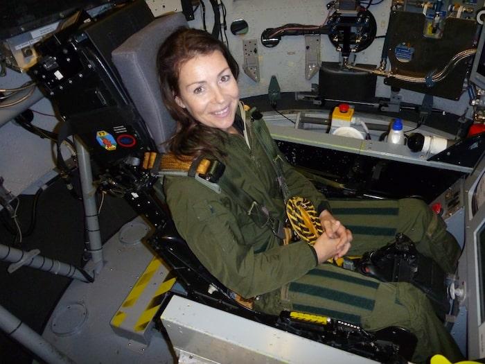 Inför sin rymdresa har Renata bland annat testat flygsimulator...