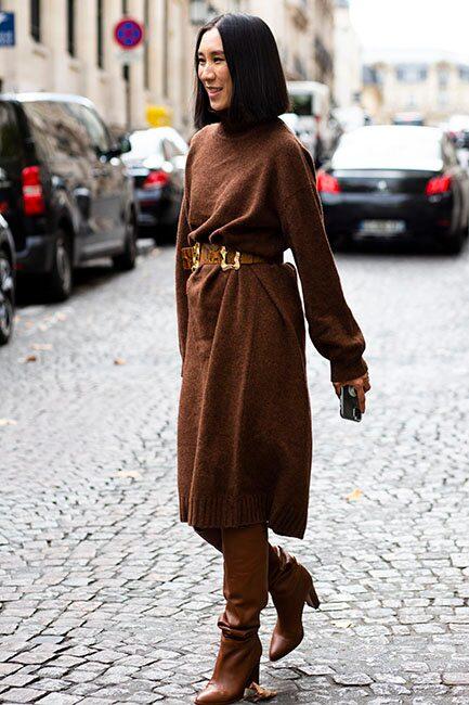 Varva gärna den stickade tröjan med en stickad klänning –som du bär över byxor eller höga stövlar i samma ton.