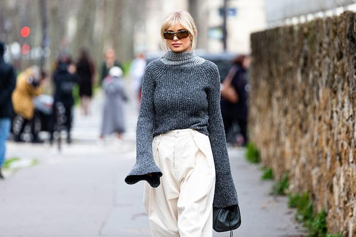 Långa ärmar på den stickade tröjan är ett stilsäkert knep.
