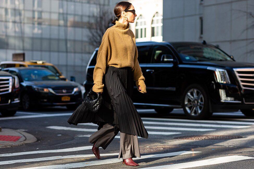 Addera en plisserad kjol eller klänning över byxorna för extra stilpoäng.