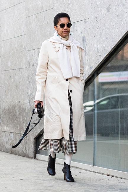 Ett elegant exempel på hur man kan bära den stickade tröjan över höstkappan!