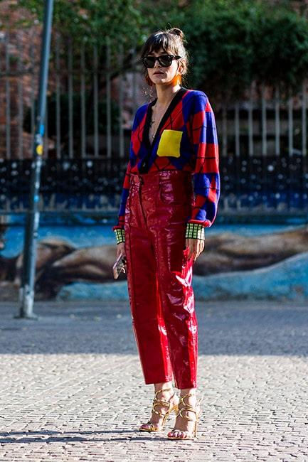 Läderbyxor ger den stickade tröjan en mer rockig attityd.