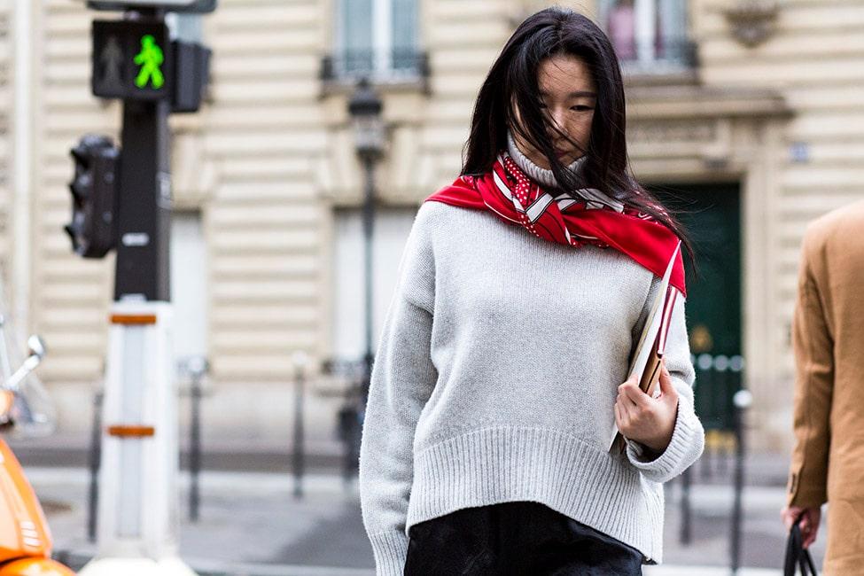 Bär scarfen över den stickade tröjan i höst!