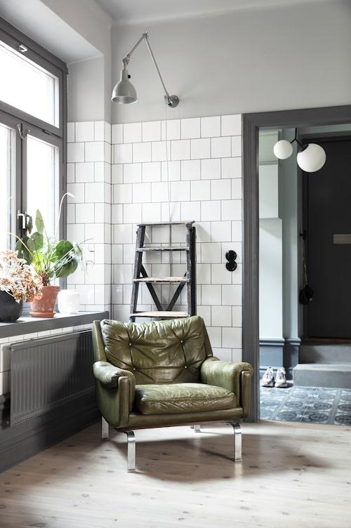 """I köket står en snyggt nersutten fåtölj, en klassiker ritad av Karl Erik Ekselius för Joc möbel. """"Vi köpte den av en fotostudio som inte hade plats för den"""", säger Katarina."""