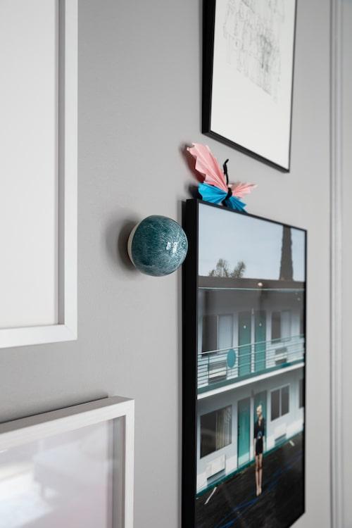 Porslinsknoppen på väggen är handgjord av Anne Black. Finns bland annat på Illums bolighus.