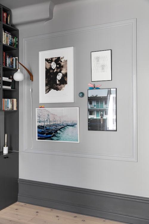Några av fotografierna är tagna av fotografen Ellinor Hall, en vän till familjen. Bröstlister på väggen ramar in konsten.