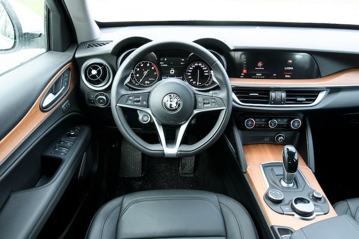 Infotainmentsystemet styrs med ratt i mittkonsolen likt BMW. Detaljnivån är det si och så med.