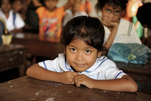 Skolstipendiet räcker till skolavgifter, skolmaterial, transport till och från skolan, skolmat och skoluniform.