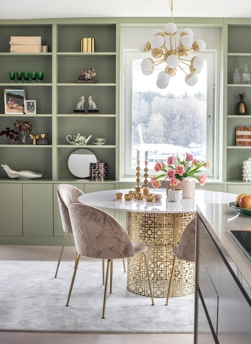 Bokhyllan är platsbyggd och hemmets senaste tillskott tillverkad av White orange. Matbordet är Jonathan Adler, stolarna från Mio.