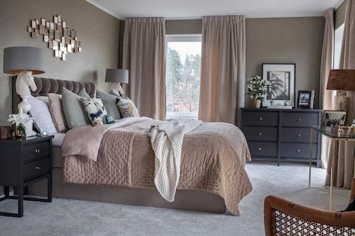 Sovrummet är ombonat och lyxigt, inrett i dova nyanser av rosa och grått. Man ska inte snåla med textilier, tycker Andrea. Överkast från Linum. Kuddarna  är en blandning av Missoni home och uppsydda.