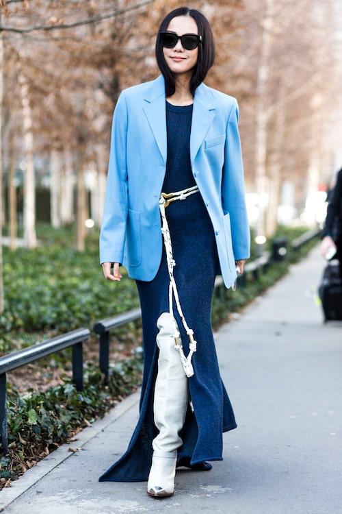 En maxiklänning i blått gör sig fint till en blå kavaj.