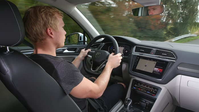 Teknikens Världs Oskar Krüger bakom ratten.