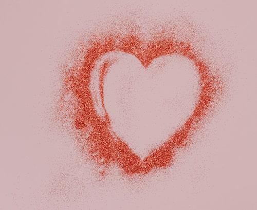 Ida ska pyssla rött slajm eller röd månsand med barnen på Alla hjärtans dag!