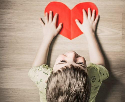 Att baka eller bara dekorera kakor kan vara ett uppskattat pyssel att göra med barnen på Alla hjärtans dag.