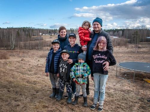 Familjen är samlad. Emma Schols och Anders Anens med barnen Melwin, Albin, William, Oliwer, Mollie och Nellie. Familjen hyr ett hus medan deras eget hus i Edsbyn byggs upp igen.