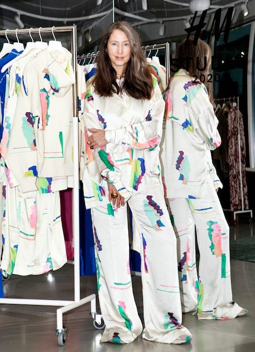 Ann-Sofie Johansson i mönstrad skjorta och byxor av polyester, 699 kr respektive 799 kr, H&M Studio.