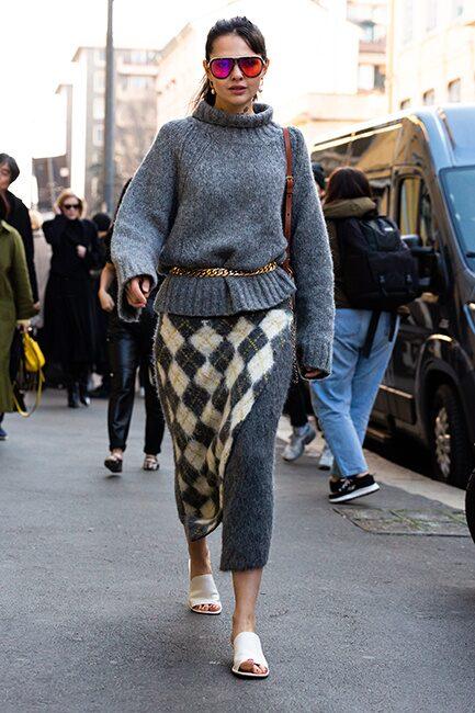 Stickat från topp till tå med grå polotröja och rutig, stickad kjol.