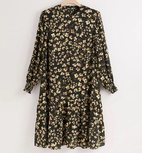 Blommig klänning med volang från Lindex. Klicka på bilden och kom direkt till klänningen.