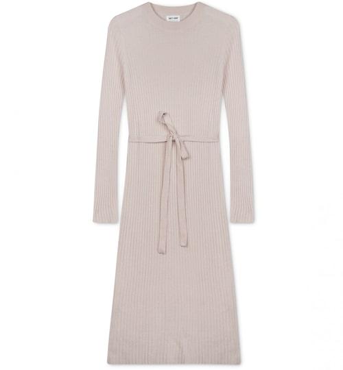 Ribbad klänning i kashmir från Soft Goat. Klicka på bilden och kom direkt till klänningen.
