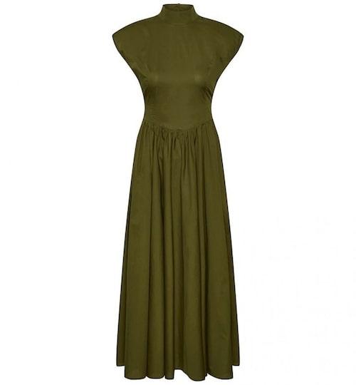 A-linjeformad klänning med markerad midja från Gestuz. Klicka på bilden och kom direkt till klänningen.