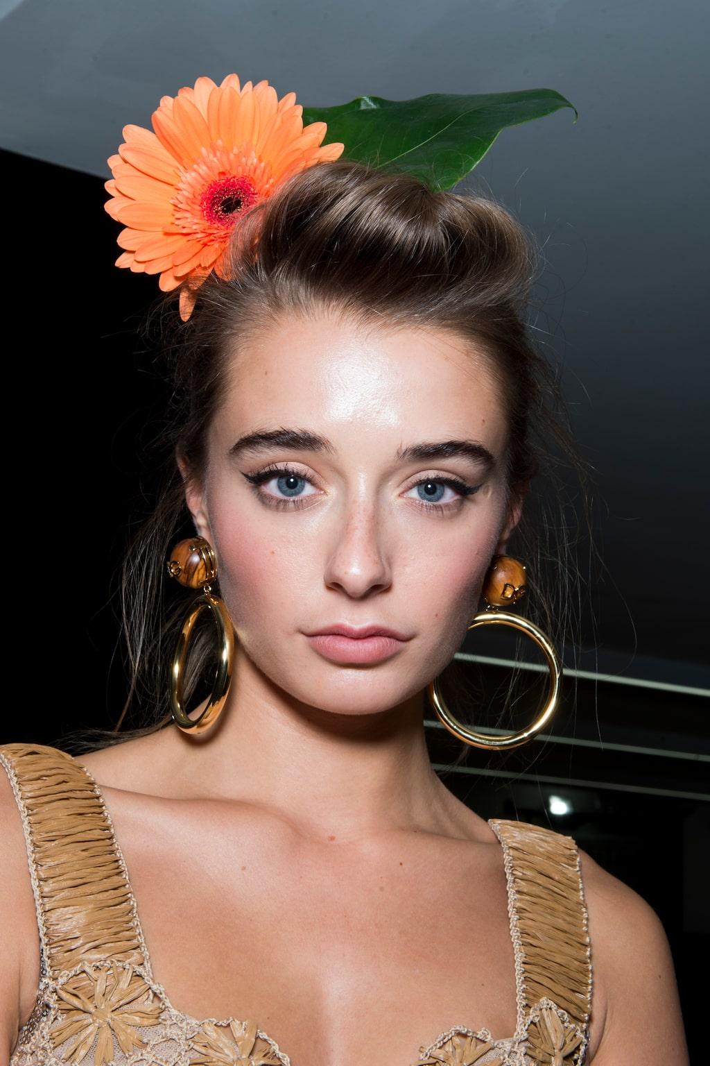 Blommor i håret var hett på Dolce & Gabbanas SS20-visning. Klicka vidare i bildspelet för mer inspiration.
