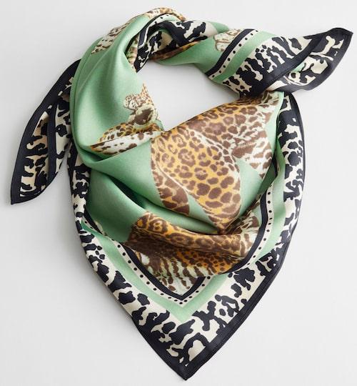 Leopardmönstrad scarf, & Other Stories. Klicka på bilden och kom direkt till scarfen.